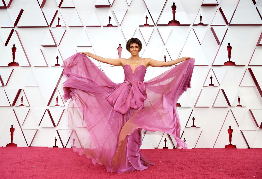 Холли Берри — первая афроамериканка, получившая «Оскар» за лучшую женскую роль (в фильме «Бал монстров» 2001 года). В этом году 54-летняя звезда «Облачного атласа» и «Людей Икс» на премию не претендовала.