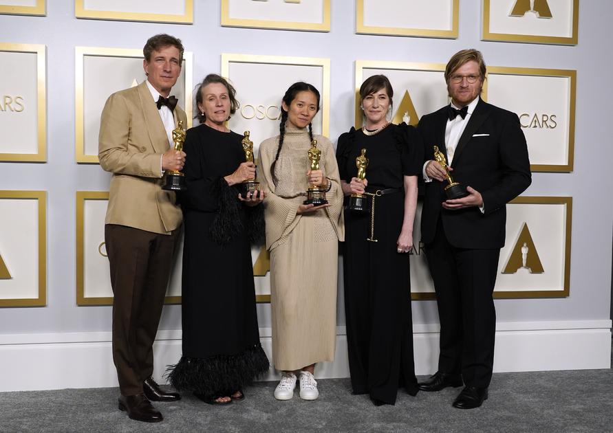На «Оскаре»-2021 главных наград удостоилась лента «Земля кочевников» — Академия признала ее фильмом года, Хлоя Чжао (в центре) получила приз за лучшую режиссуру, а сыгравшая в картине главную роль Фрэнсис Макдорманд (в центре слева) объявлена лучшей актрисой.