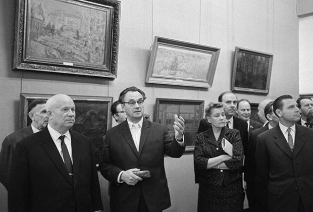 Первый секретарь ЦК КПСС Никита Хрущев и министр культуры СССР Екатерина Фурцева на выставке, посвященной 30-летию московского отделения Союза художников СССР в Манеже, 1 декабря 1962 года