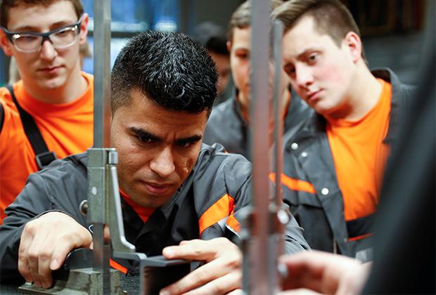 25-летний беженец из Афганистана проходит обучающую программу на производстве Ford в Германии