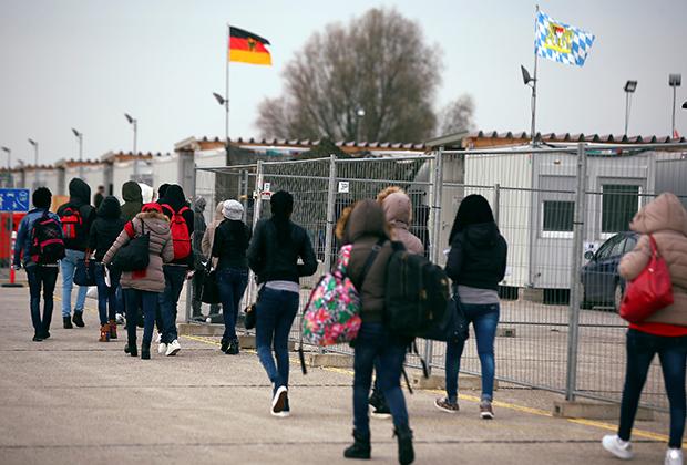 Мигранты из Эритреи, которых доставили из Италии в Германию на самолете, 2016 год
