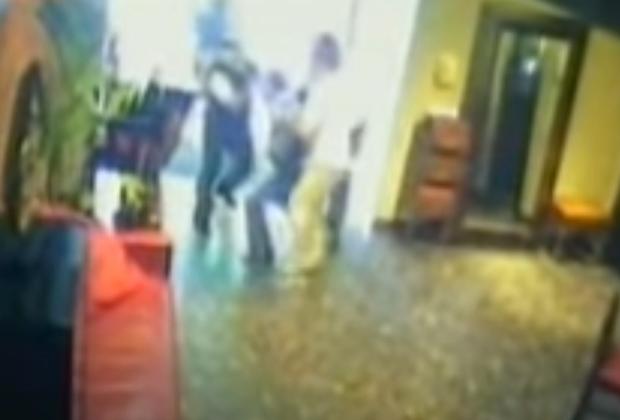 Охранники заносят раненого Япончика в ресторан после покушения