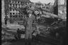 Американский военный на фоне разрушенного зенитного орудия у Рейхстага. Берлин, 1945 год.  Фото: Cэм Джаффе / частная коллекция Артура Бондаря