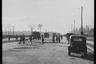 Советские военные и местные жители в районе самого большого черного рынка на улице по направлению к колонне Победы. Тиргартен, Берлин, 1945 год.  Фото: Cэм Джаффе / частная коллекция Артура Бондаря