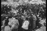 Черный рынок. Чтобы выжить после войны, местные жители на таких рынках продавали или обменивали любые товары. Берлин, 1945 год.
