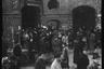 Местные жители среди руин зданий разрушенного войной города. Берлин, 1945 год.  Фото: Cэм Джаффе / частная коллекция Артура Бондаря
