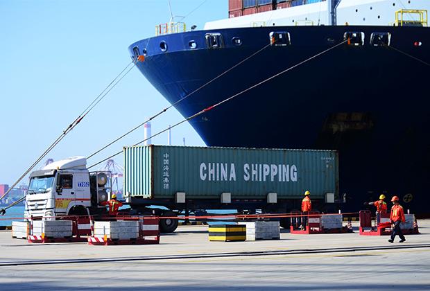 Грузовое судно в порту Циндао, Китай