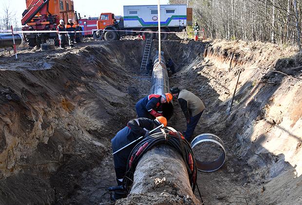 Рабочие ремонтируют участок магистрального нефтепровода «Дружба» в районе деревни Романовка в Гомельской области