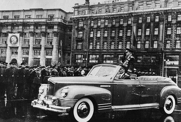 Жуков приветствует военных на параде Победы в Москве, 1955 год