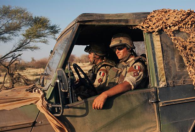 Французские солдаты за рулем джипа в Мали