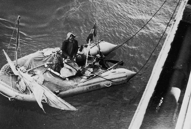 Ален Бомбар погружается в лодку «Еретик», на которой он совершал плавание
