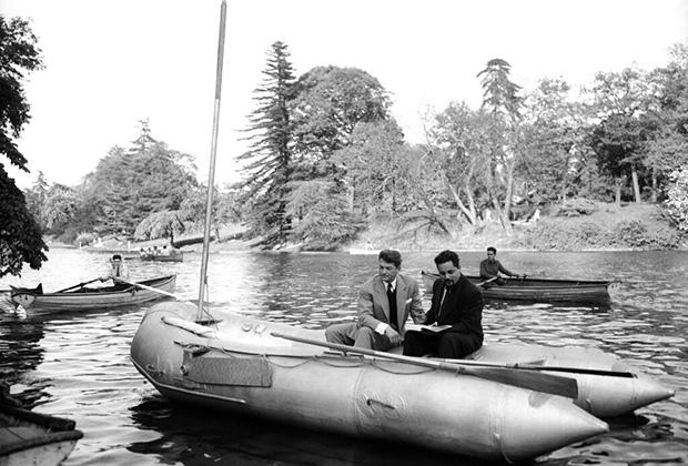 Ален Бомбар и французский актер Жан Маре в надувной лодке на озере в Париже, 1953 год