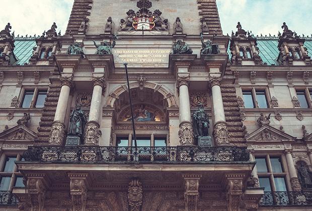 Фасад Ратуши со статуями Карла Великого и Фридриха Барбароссы