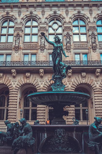 Фонтан со статуей богини Гигиеи в честь победы над холерой