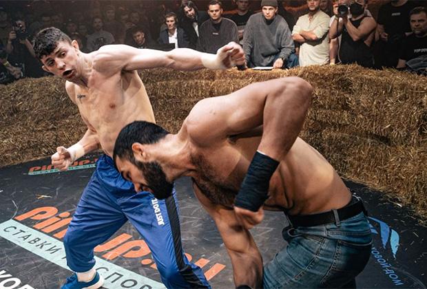 Бойцы Валерий Заботин (слева) и Михаил Авакян во время турнира Top Dog