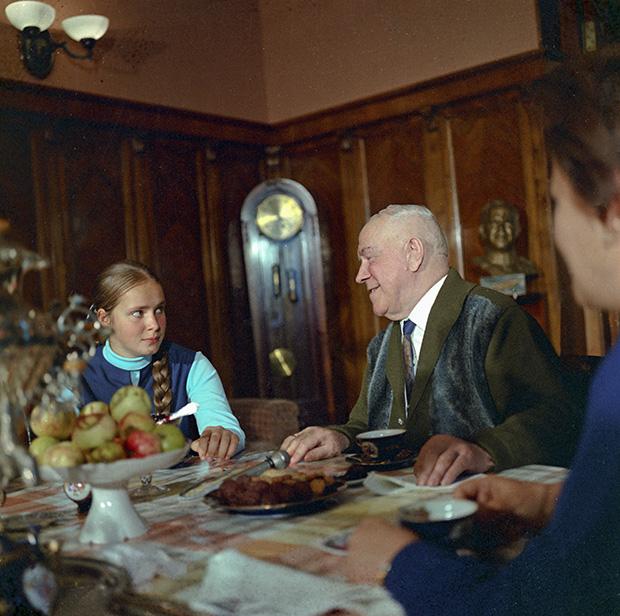 Маршал Жуков с дочерью Машей у себя дома, 3 июля 1970 года