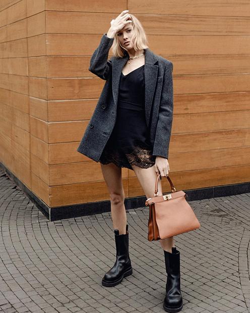 Модель и блогер Елена Перминова демонстрирует новую сумку бренда Fendi