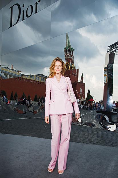 Российская супермодель Наталья Водянова на показе модного дома Dior на Красной площади, 9 июля 2013 года