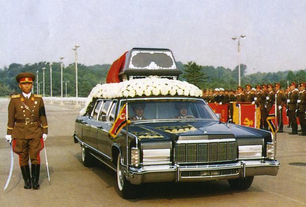 Машина везет саркофаг с телом Ким Ир Сена по Пхеньяну