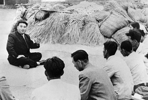 Ким Ир Сен разговаривает с фермером, 1945 год