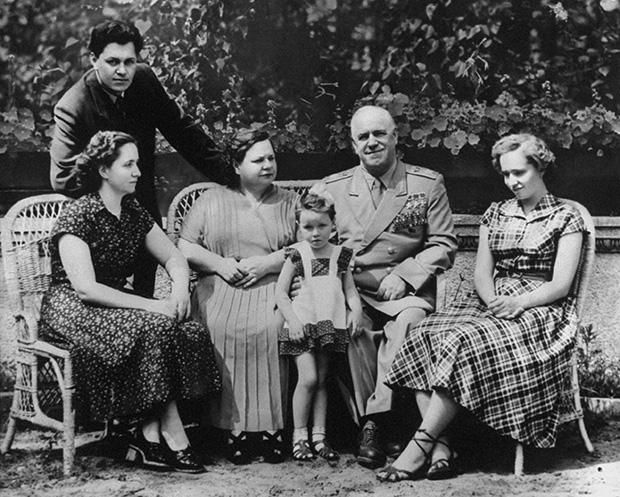 Георгий Жуков с семьей