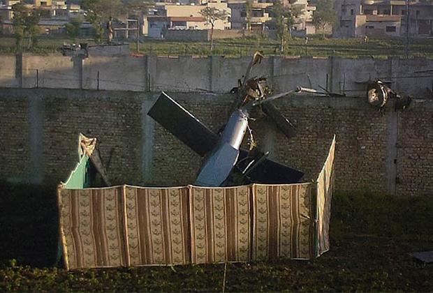 Часть вертолета, рухнувшего на стену особняка бен Ладена