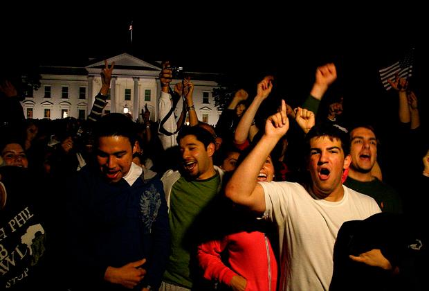 Американцы празднуют смерть Усамы бен Ладена перед Белым домом