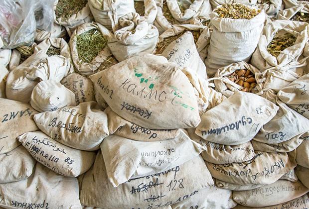 Мешки с сушеными травами в традиционной аптеке, Горно-Бадахшанская автономная область, Хорог, Таджикистан
