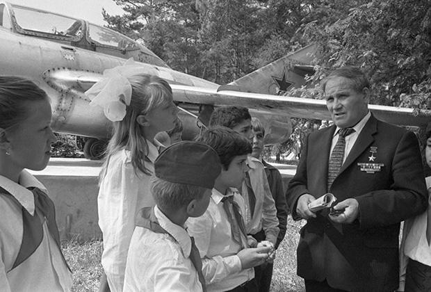 Михаил Девятаев (справа) общается с пионерами. 1984 год