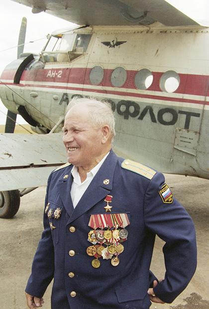 Герой Советского Союза, летчик Михаил Девятаев. 1997 год