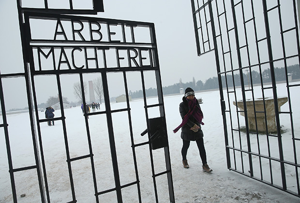 Надпись «Труд освобождает» на воротах бывшего немецкого лагеря Заксенхаузен
