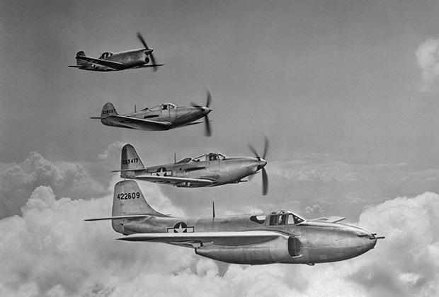 Американский истребитель Bell P-39 Aircobra (второй сверху) и другие самолеты корпорации Bell Aircraft Corporation