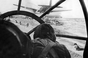 (Eingeschränkte Rechte für bestimmte redaktionelle Kunden in Deutschland. Limited rights for specific editorial clients in Germany.) Soviet Union : 2. World War - Eastern Front, Soviet Union: view from the cockpit of a Heinkel-fighter jet (He 111) onto a street on which German tanks can be seen - 1942- Photographer: Presse-Illustrationen Heinrich Hoffmann- Published by: 'B.Z.' 04.12.1942Vintage property of ullstein bild (Photo b