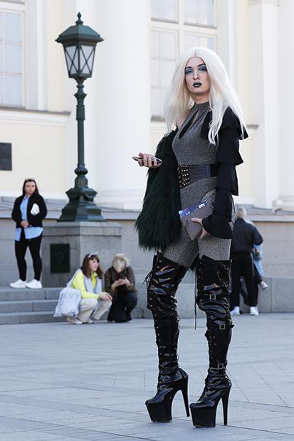 Девушка на Манежной площади во время Mercedes-Benz Fashion Week Russia, 3 апреля 2019 года