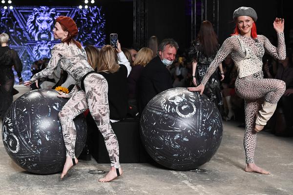 Показ коллекции дизайнера Юлии Далакян на Mercedes Benz Fashion Week Russia, 2021 год