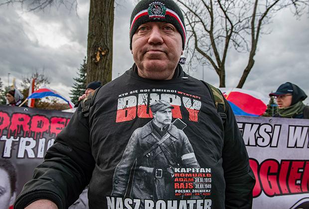 Националист в толстовке с изображением Ромуальда Райса, Польша, февраль 2020 года