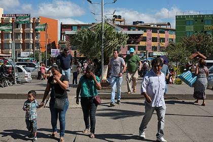 Прохожие на площади перед зданием вокзала в городе Санта Крус де ла Сьерра в Боливии