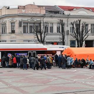 Мобильный пункт вакцинации от коронавируса на площади Ленина в Симферополе