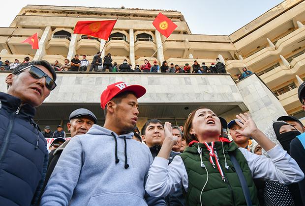 Сторонники премьер-министра Кыргызстана Садыра Жапарова на митинге в Бишкеке