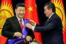 Экс-президент Киргизии Сооронбай Жээнбеков награждает председателя КНР Си Цзиньпина орденом Манас. Бишкек, 2019 год