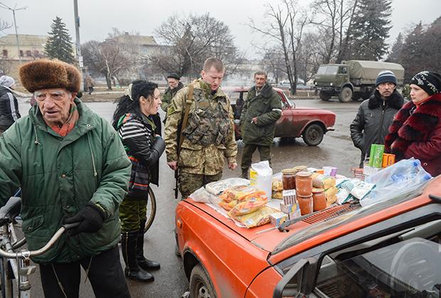 Уличная торговля продуктами в центре Дебальцева
