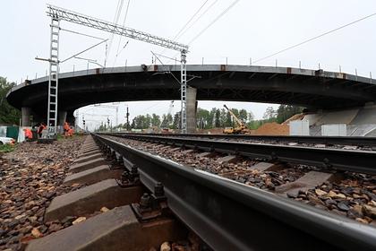 Россиянин оставил автомобиль на железнодорожных путях и скрылся