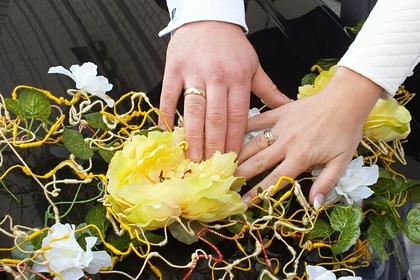 Жених решил расплатиться с певцом на свадьбе пивом и подружками невесты