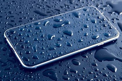 Россиянам дали советы на случай попадания воды в смартфон
