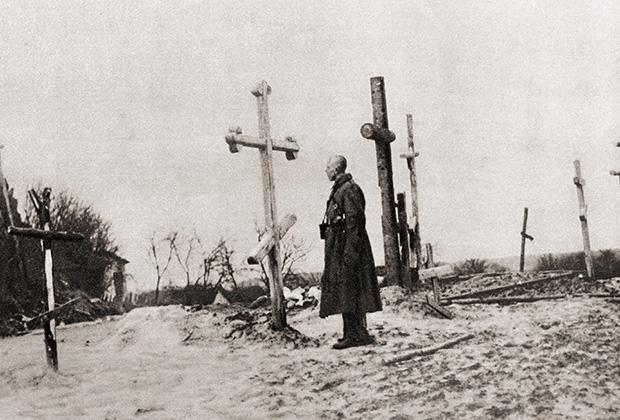 Русский солдат на кладбище, 1915 год