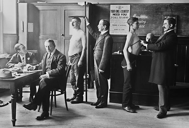 Медицинское обследование призывников в британскую армию в средней школе Мэрилебон в Лондоне. 1914 год