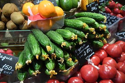 Прилавок с овощами на ярмарке выходного дня в Москве