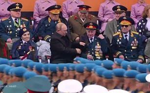 Путин помог ветерану на параде Победы