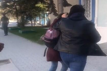 Россиянка оттаскала за волосы дочь-школьницу и попала на видео