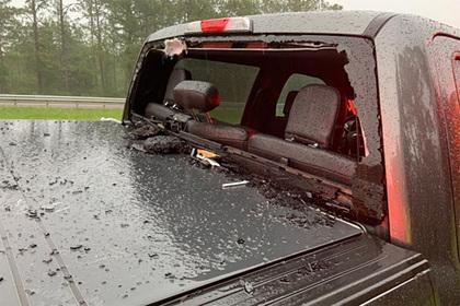Молния выбила кусок асфальта из шоссе и пробила им лобовое стекло автомобиля